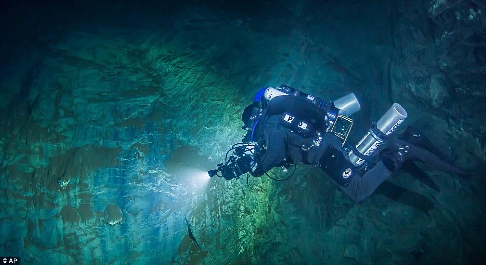 Phát hiện hang động sâu nhất thế giới, chưa dò thấy đáy - 1