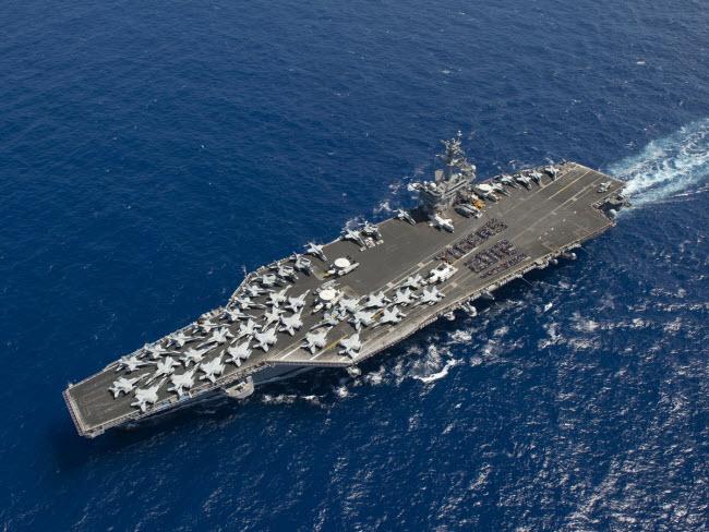 Bức ảnh chụp từ trên cao cho thấy những chiếc máy bay quân sự hiện đại nhất thế giới trên boong tàu sân bay USS Carl Vinson của Hải quân Mỹ.