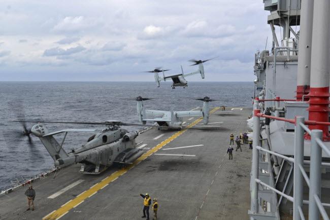 Máy bay trực thăng MV-22 Osprey cất cánh từ tàu tấn công lưỡng cư USS Bonhomme Richard.