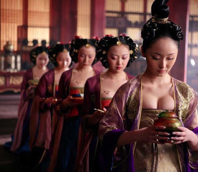 Không phủ nhận một điều rằng Trung Quốc là thiên đường của các nhà làm phim thể loại cổ trang - dã sử - truyền thuyết. Ở thể loại này, ngoài kịch bản và diễn viên, thì trang phục cũng là thứ giúp người xem nhớ được nhân vật và yêu mến bộ phim hơn. Song dường như, các nhà làm phim mà cụ thể là những người thiết kế trang phục đang có những lối mòn tai hại khi tìm mọi cách để diễn viên của họ  hở da thịt .