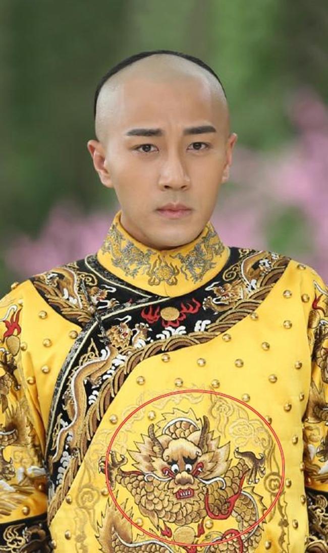 Khán giả hẳn không thể quên hình thêu  rồng nhăn mặt  mà Lưu Khải Uy khoác lên mình khi vào vai vị vua thời Thanh. Cái uy nghi của cả một triều đại dường như đang bị các nhà làm phim xem nhẹ và xúc phạm nghiêm trọng vì thói cẩu thả.Khán giả hẳn không thể quên hình thêu  rồng nhăn mặt  mà Lưu Khải Uy khoác lên mình khi vào vai vị vua thời Thanh. Cái uy nghi của cả một triều đại dường như đang bị các nhà làm phim xem nhẹ và xúc phạm nghiêm trọng vì thói cẩu thả.