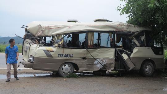 Cạy cửa giải cứu 7 người kẹt trong xe khách dập nát - 1