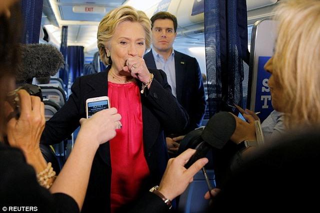 Bà Clinton ho sù sụ, phải nhờ mật vụ dìu xuống khán đài - 3