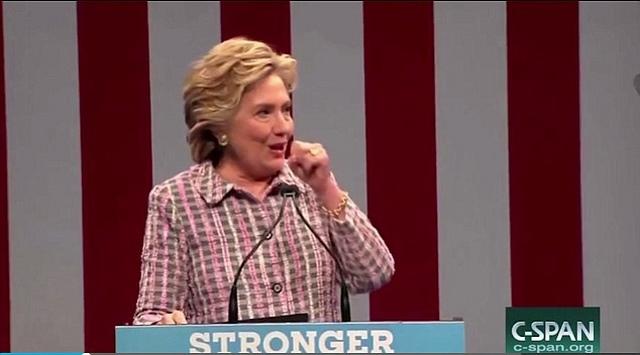 Bà Clinton ho sù sụ, phải nhờ mật vụ dìu xuống khán đài - 2