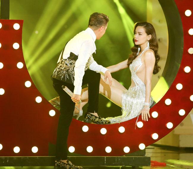Nữ ca sĩ ngồi trên bục sân khấu, song ca cùng đàn anh Mr. Đàm trong ca khúc Không và Bài ca tình nhớ.
