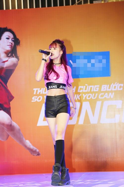 Hoàng Thùy Linh hát nhảy gợi cảm náo loạn phố đông - 7