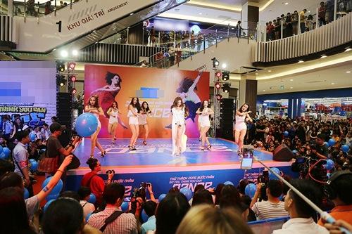 Hoàng Thùy Linh hát nhảy gợi cảm náo loạn phố đông - 5