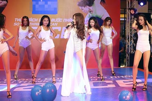 Hoàng Thùy Linh hát nhảy gợi cảm náo loạn phố đông - 3