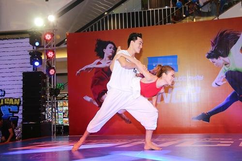 Hoàng Thùy Linh hát nhảy gợi cảm náo loạn phố đông - 9