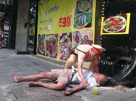 'Quá chén' với bạn, cụ ông gục ngã xuống đường - 1