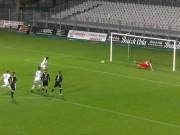 Bóng đá - Quả penalty siêu hài hước: Vừa may lại vừa hay