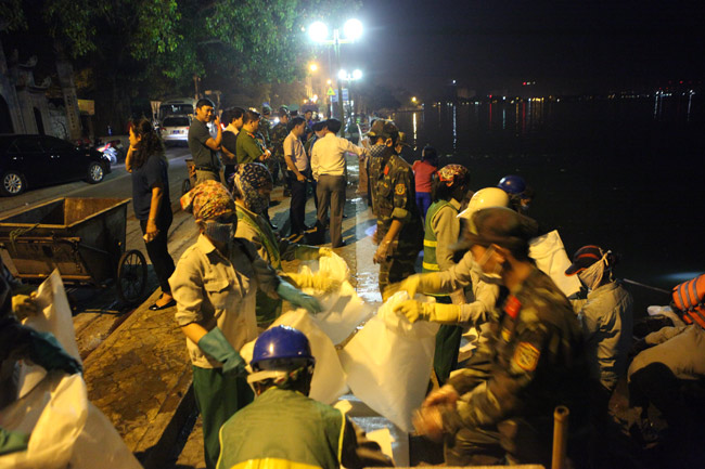 Chùm ảnh: Trắng đêm vớt cá chết ở Hồ Tây - 4
