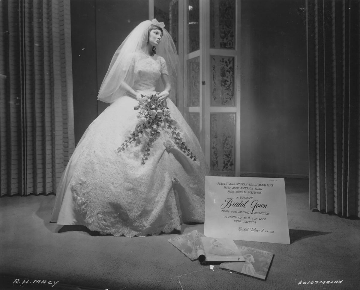 Ngày xưa váy cô dâu không trắng như bây giờ - 4