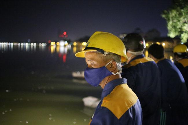 Chùm ảnh: Trắng đêm vớt cá chết ở Hồ Tây - 21