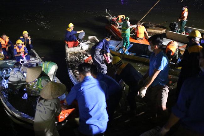 Chùm ảnh: Trắng đêm vớt cá chết ở Hồ Tây - 1