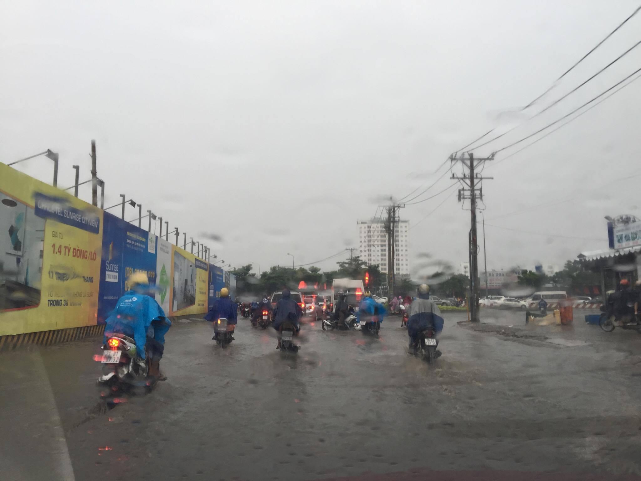 Sài Gòn mưa mù trời, giao thông hỗn loạn - 1
