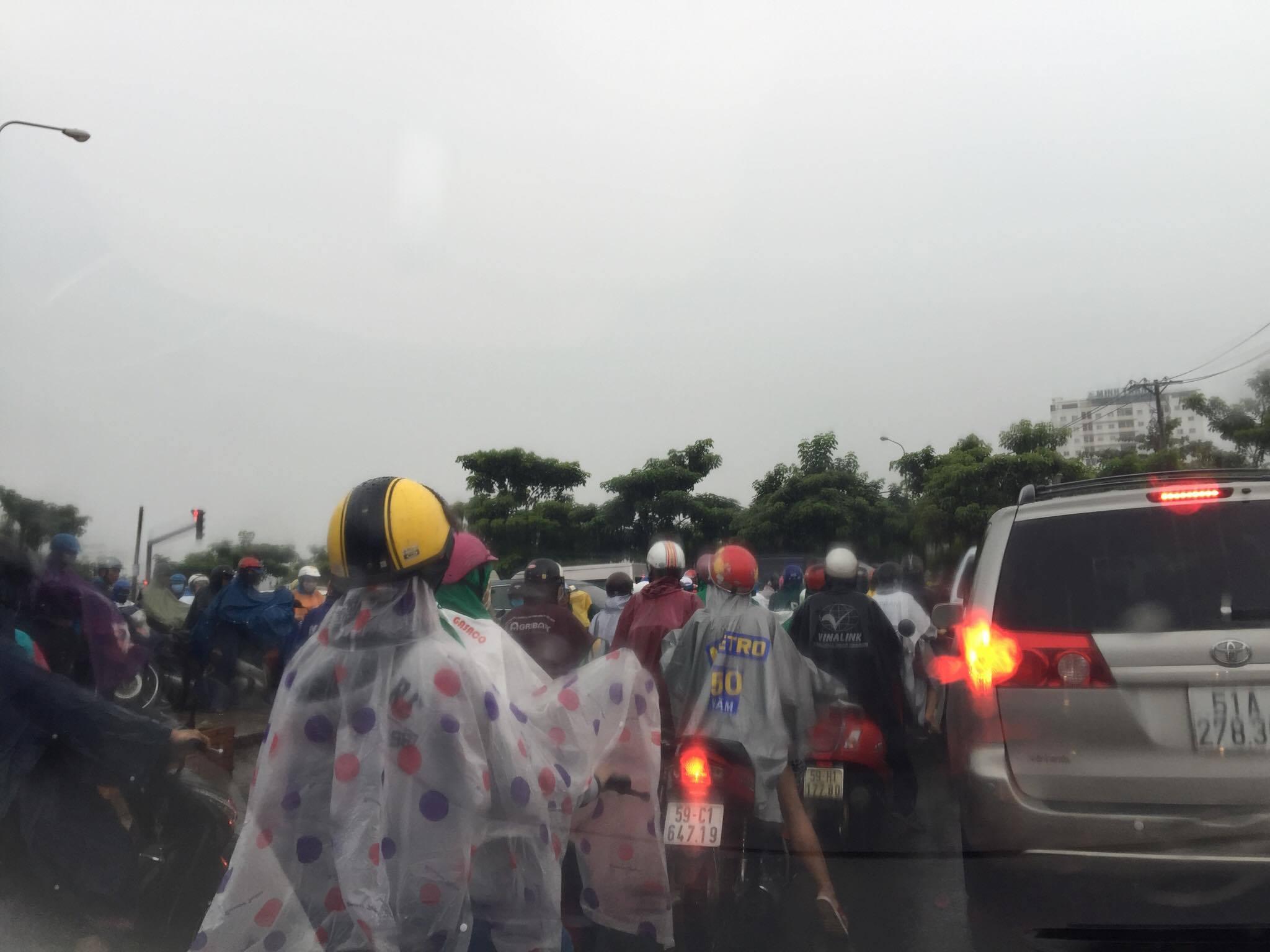 Sài Gòn mưa mù trời, giao thông hỗn loạn - 2