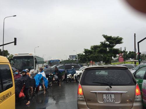 Sài Gòn mưa mù trời, giao thông hỗn loạn - 4