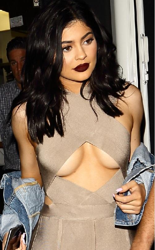 Chị em Kardashian lăng xê triệt để áo lộ chân ngực - 8