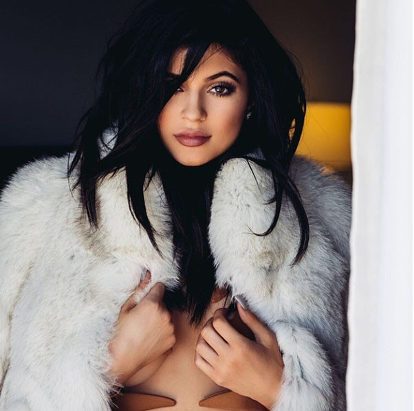 Chị em Kardashian lăng xê triệt để áo lộ chân ngực - 9