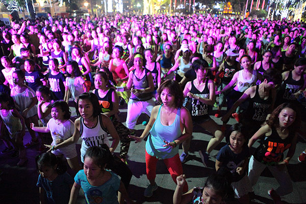 Chị em nóng bỏng nhảy Zumba trên phố Hà Nội - 2