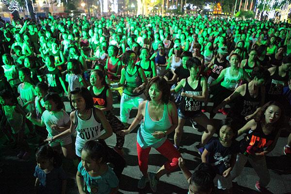 Chị em nóng bỏng nhảy Zumba trên phố Hà Nội - 5