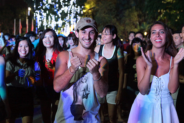 Chị em nóng bỏng nhảy Zumba trên phố Hà Nội - 8