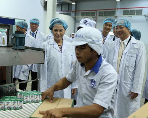 Đoàn đại biểu Quốc hội Việt Nam thăm nhà máy sữa Angkor của Vinamilk tại Campuchia - 3