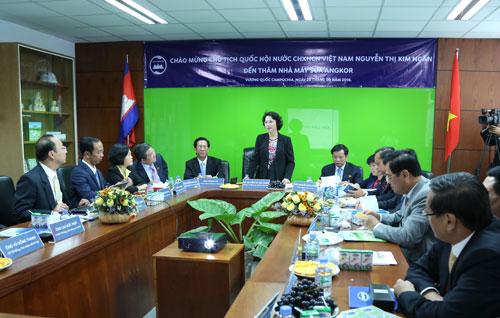 Đoàn đại biểu Quốc hội Việt Nam thăm nhà máy sữa Angkor của Vinamilk tại Campuchia - 5