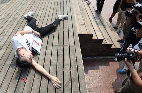 Sinh viên TQ giả chết để giành giải thưởng 10 triệu đồng - 8