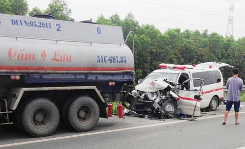 Xe cấp cứu đâm cực mạnh xe bồn, 4 người thương vong - 1