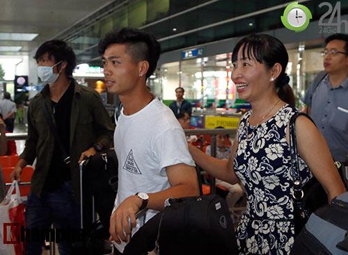 Fan nữ xinh đón Công Phượng, Tuấn Anh đeo khẩu trang bí ẩn - 3