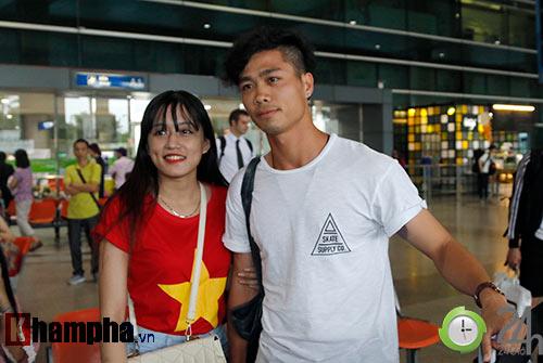 Fan nữ xinh đón Công Phượng, Tuấn Anh đeo khẩu trang bí ẩn - 5