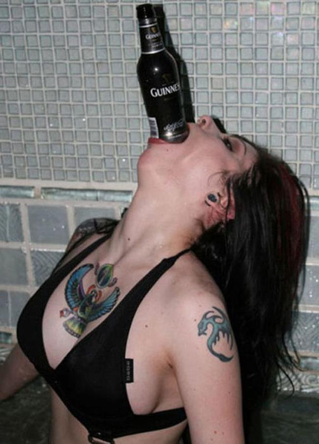 Ô hay, uống bia kiểu này bao giờ cho hết chai đây?