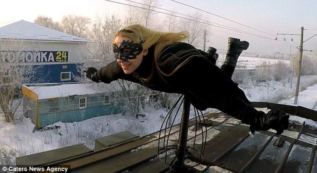 """Video thiếu nữ """"người dơi"""" xinh đẹp lướt trên nóc tàu ở Nga - 1"""