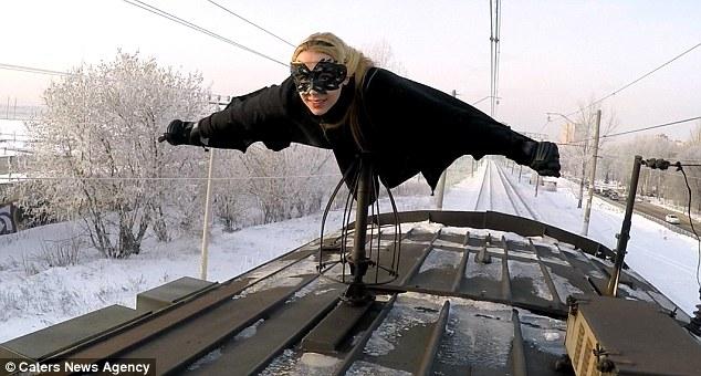 """Video thiếu nữ """"người dơi"""" xinh đẹp lướt trên nóc tàu ở Nga - 2"""