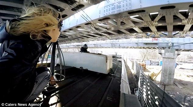 """Video thiếu nữ """"người dơi"""" xinh đẹp lướt trên nóc tàu ở Nga - 3"""