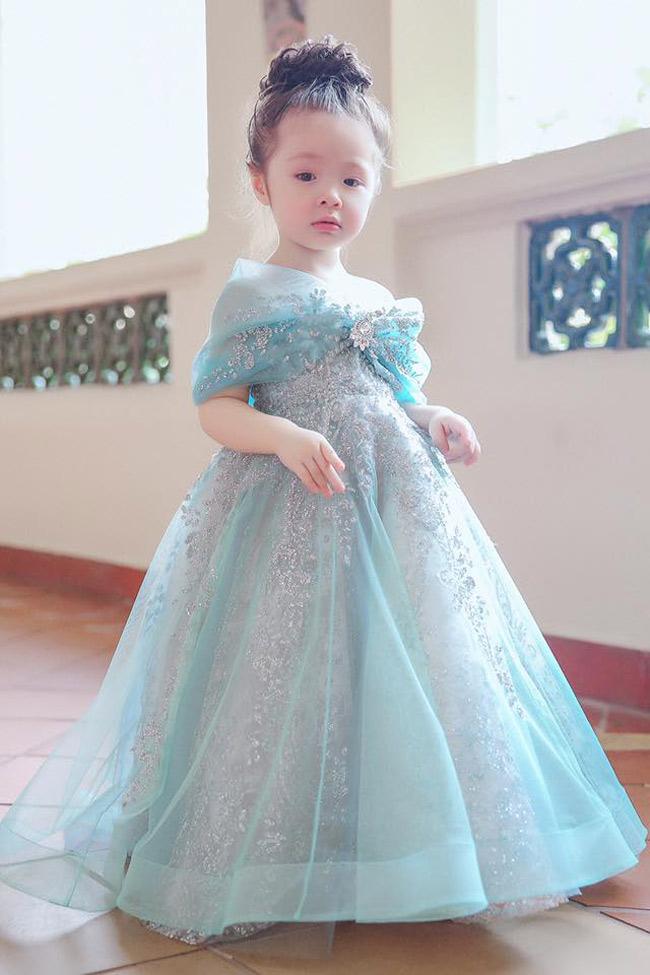 Cadie diện váy bồng bềnh màu xanh ngọc, được đính cườm lấp lánh.