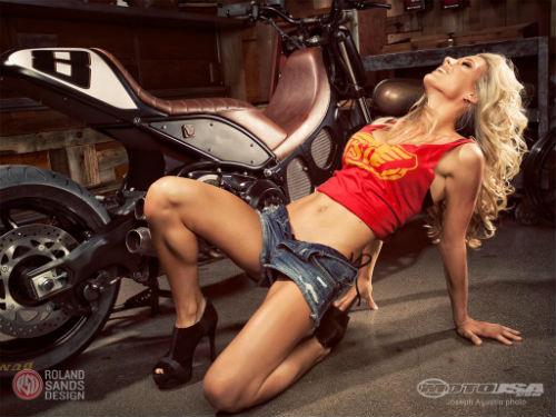 """Ngắm người đẹp """"nóng bỏng"""" bên xế độ Yamaha TMAX - 2"""