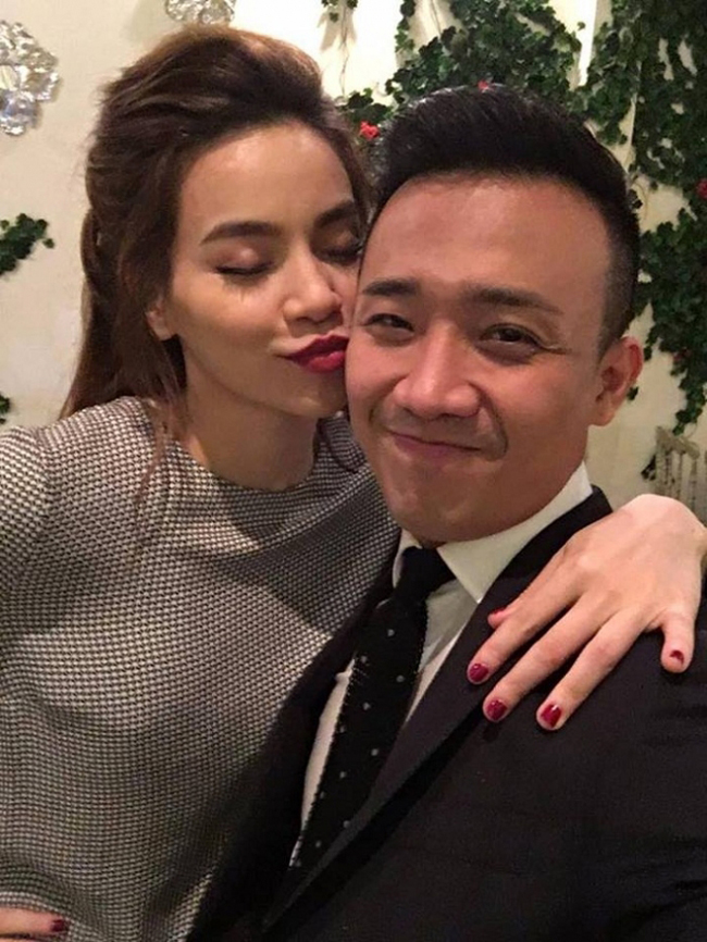 Nạn nhân  đầu tiên của Hồ Ngọc Hà là nam MC điển trai Trấn Thành. Dù đã có bạn gái song Trấn Thành tỏ ra không ngại ngần mà còn rất hào hứng selfie ghi lại khoảnh khắc khó quên với đàn chị.