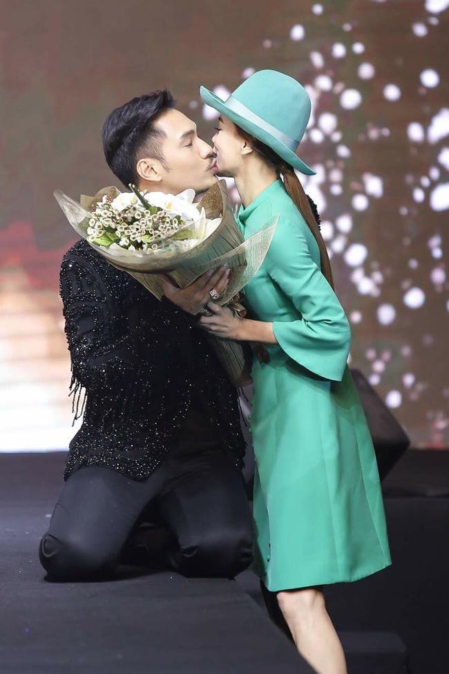 Giọng ca  Keep me in love  thoải mái trao nụ hôn cho người bạn thân thiết là NTK Lý Quí Khánh trên sàn catwalk.