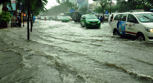 Mưa không lớn, đường vào Tân Sơn Nhất vẫn ngập sâu - 2