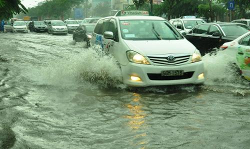 Mưa không lớn, đường vào Tân Sơn Nhất vẫn ngập sâu - 3