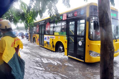 Mưa không lớn, đường vào Tân Sơn Nhất vẫn ngập sâu - 4