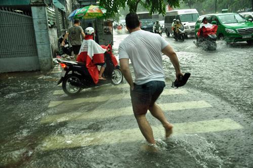 Mưa không lớn, đường vào Tân Sơn Nhất vẫn ngập sâu - 5
