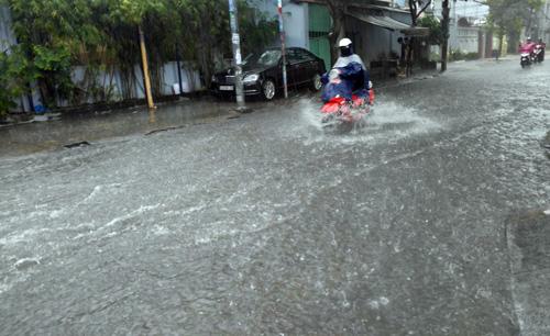 Mưa không lớn, đường vào Tân Sơn Nhất vẫn ngập sâu - 6