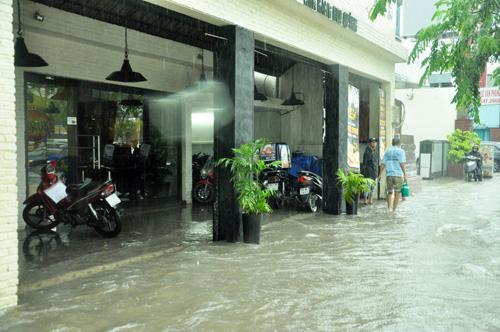 Mưa không lớn, đường vào Tân Sơn Nhất vẫn ngập sâu - 8