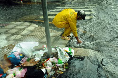 Mưa không lớn, đường vào Tân Sơn Nhất vẫn ngập sâu - 7