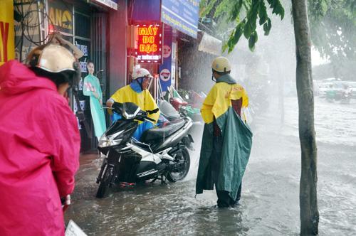 Mưa không lớn, đường vào Tân Sơn Nhất vẫn ngập sâu - 11