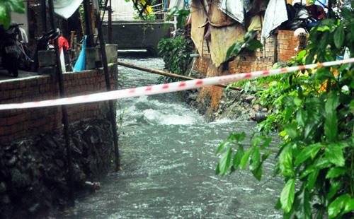 Mưa không lớn, đường vào Tân Sơn Nhất vẫn ngập sâu - 13